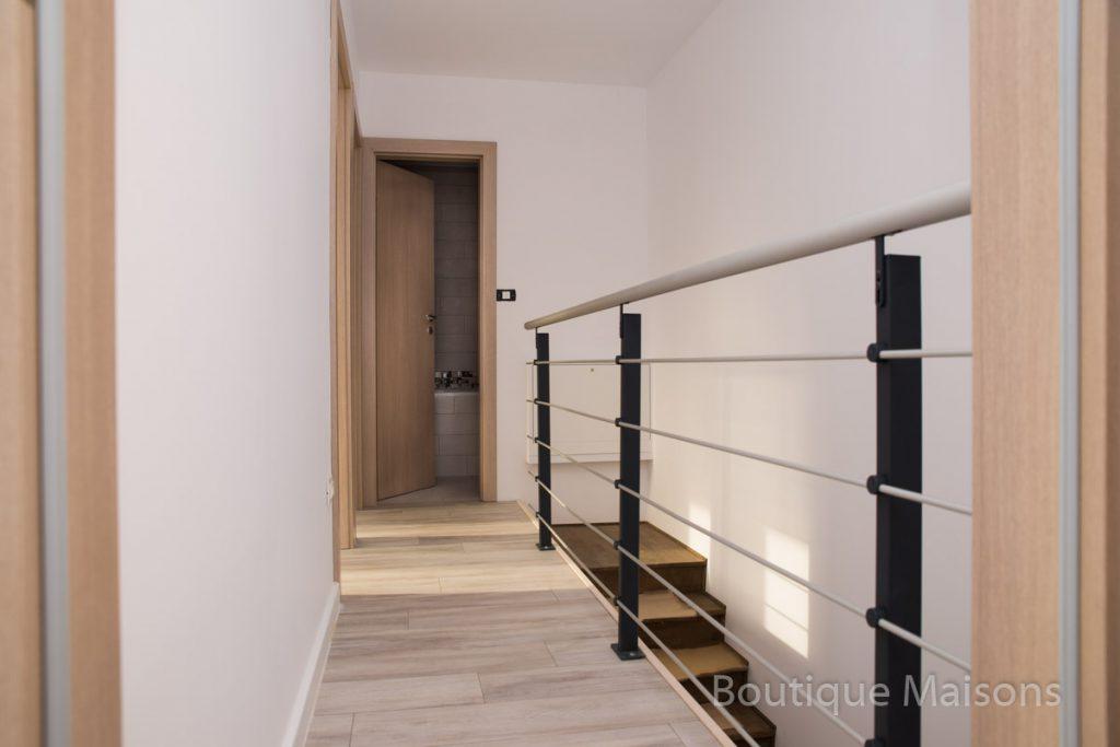 Maison 1 - étage - couloir de chambre 1 vers salle de bains