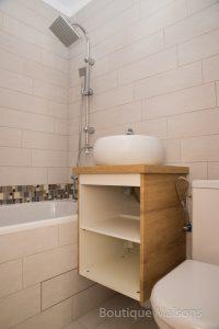 Maison 1 - étage - salle de bains (baignoire, WC, lavabo avec meuble)