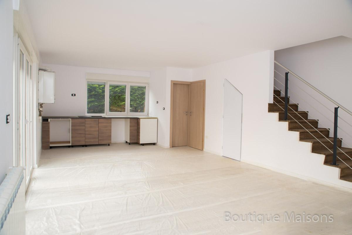 Maison 1 - Espace cuisine (ouverte vers le salon), entrée 1 (vers cuisine) - salle d